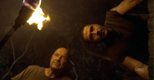 Jack y Locke viendo la escotilla